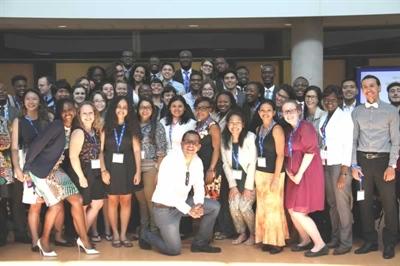 Grégory Charles, le parain du Forum des jeunes ambassadeurs des Amériques 2016, en compagnie des participants