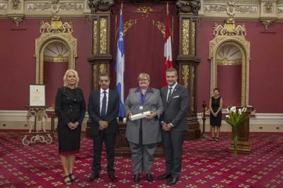 Marie-France Kenny recevant l'Ordre des francophones d'Amérique le 28 septembre 2016