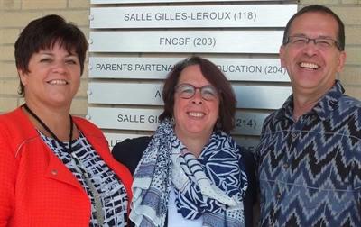 Les porte-parole des trois organismes : la présidente Mélanie Chartrand de la FNCSF, la présidente Sylviane Lanthier de la Fédération des communautés francophones et acadienne et le DG Jean-Claude Racine de la Commission nationale des parents francop