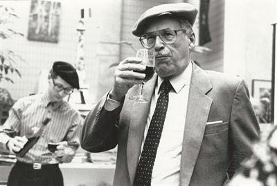 Bernard Wilhelm lors d'une dégustation de vin, l'une des nombreuses activités culturelles qu'il a organisées au Centre d'études bilingues de l'Université de Regina