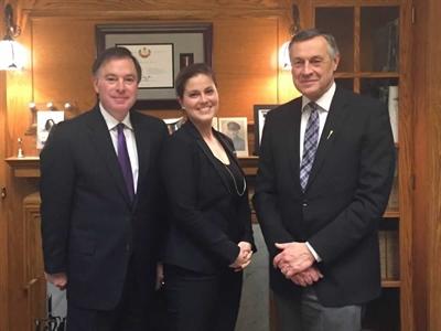 Christiane Guérette, présidente du Conseil scolaire fransaskois, en compagnie du ministre de la Justice Gordon Wyant (à gauche) et du ministre de l'Éducation Don Morgan