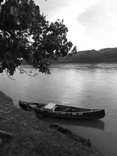 Ed Thériau accédait à sa ligne de trappe en canot. Il partait à l'automne et transportait en bateau ses chiens de traîneau en plus de ses provisions.