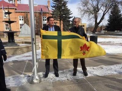 Levée du drapeau fransaskois à Prince Albert le 20 mars 2017