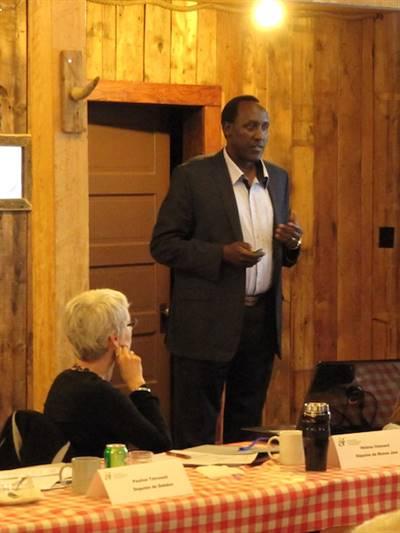 Jean-de-Dieu Ndayahundwa s'adressant aux députés de l'Assemblée communautaire fransaskoise