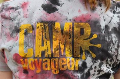 Le logo du Camp Voyageur transformé après une joute de paintball maison.