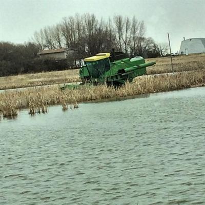 Un tracteur dans l'eau dans un champ