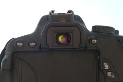 Il est possible d'observer une éclipse à travers un appareil photo si vous mettez un filtre devant la lentille. Ici, vous voyez l'éclipse dans le viseur de la caméra.