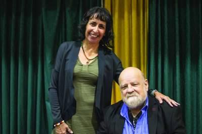 Angela James, directrice du secrétariat aux langues autochtones des TNO, accole l'anthropologue Serge Bouchard, qui vient de donner une conférence à Yellowknife, sur l'apprentissage d'une langue autochtone.