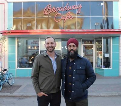 Le nouveau chef national, Jagmeet Singh, en compagnie du candidat à la chefferie du NPD en Saskatchewan, Ryan Meili