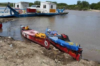 L'expédition pancanadienne comprend deux canots. Le modèle à Mike Ranta, à gauche, est un Souris River de 18 pieds fabriqué en kevlar. Le photographe David Jackson, qui l'accompagne, se servait d'un Hellman de la même longueur.
