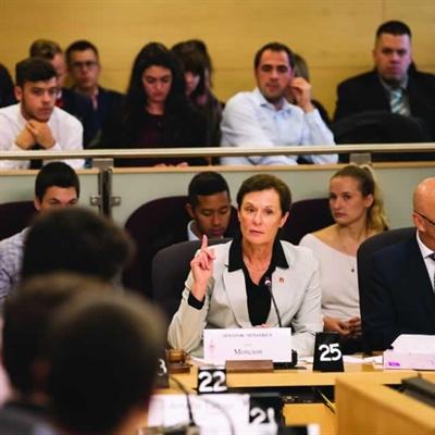 La sénatrice Lucie Moncion et le sénateur René Cormier ont accueilli une délégation de jeunes au Sénat dans le cadre d'audiences visant à alimenter une réforme de la Loi sur les langues officielles.
