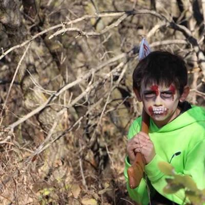 Un zombie se préparant à attaquer avec sa hache ensanglantée.