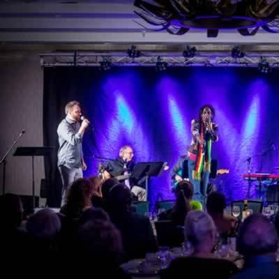 Les chanteurs Mario Poulin (à gauche) et Gabriel Campagne (à droite) ont ému les participants avec leur interprétation de chansons de leur grand-père (Henri Poulin et Émile Campagne).