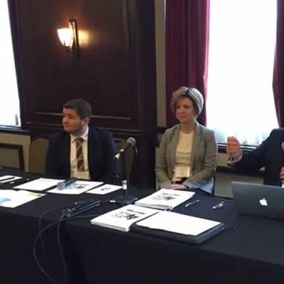 Le directeur général Alain Dupuis, la vice-présidente Audrey Labrie et le président Jean Johnson devant le Forum des leaders, le 24 novembre dernier.