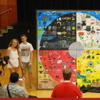 Dévoilement de l'œuvre collective réalisée par les élèves de quatre écoles de Regina dans le cadre du projet Treaty4Project, le 11 juin 2015.