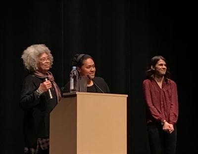 Angela Davis (à gauche) et deux membres du Women's Action Group (WAG), organisateur de l'évènement