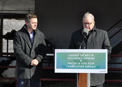 Le ministre de l'Agriculture et de l'Agroalimentaire du Canada, Lawrence MacAulay annonce le Programme des technologies propres en agriculture en compagnie du député de GPR, Francis Drouin.