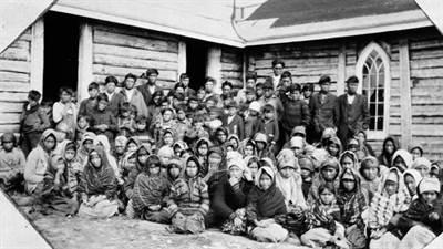 Un groupe d'enfants autochtones dans une école résidentielle à Trout Lake (Ontario), vers 1930.