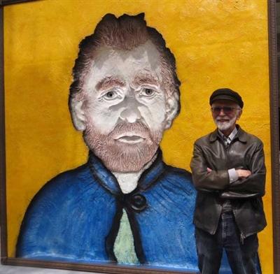 Joe Fafard avec son Van Gogh à l'extérieur de la galerie Mayberry Fine Art, rue Dundas Ouest en face de l'AGO