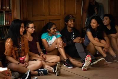 Anusha Sivakumar et Jaiden Stevens, au centre, ont bien aimé leur périple à Montréal dans le cadre du Forum national des jeunes ambassadeurs.