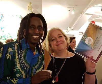 Kaya Free et Suzanne Campagne avec en main les récompenses du Chant'Ouest 2018