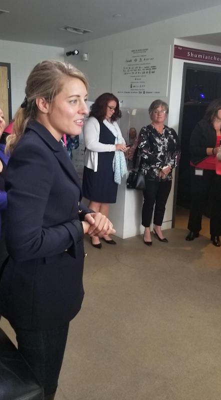 La  ministre Mélanie Joly a rencontré la communauté fransaskoise dans les locaux de La Troupe du Jour à Saskatoon