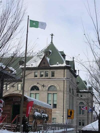 Le drapeau franco-ontarien flotte sur l'hôtel de ville de Québec