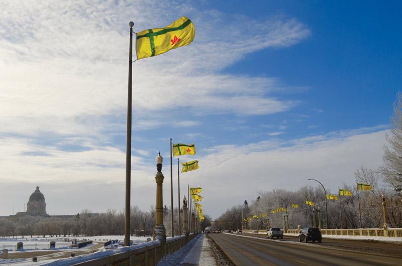 Drapeaux fransaskois sur le pont de la rue Albert à Regina