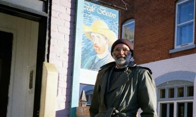 Joe Fafard devant le Café Van Gogh à Gatineau en 1990