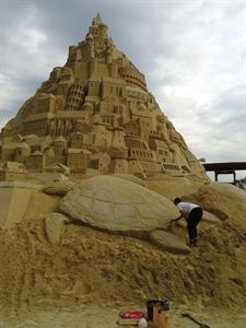 Patricia Leguen sculptant sur sable en Allemagne