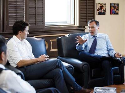 Bill Morneau (à droite) en compagnie de Justin Trudeau