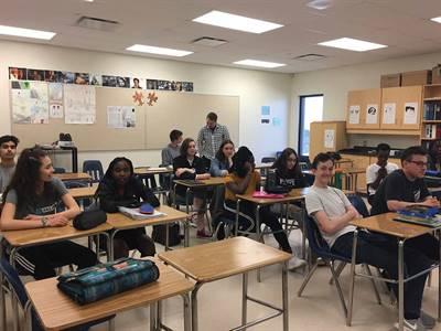 La classe de 11e de Simon Desjardins à l'École Mgr de Laval en pleine discussion
