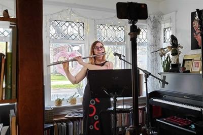 Marie-Véronique Bourque a donné un concert virtuel depuis chez elle.