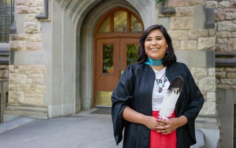 Honey Constant lors de sa cérémonie de remise de diplôme à l'Université de la Saskatchewan