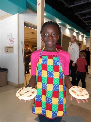 Anouma Ébrottié pose fièrement avec le résultat de ses efforts après cuisson.