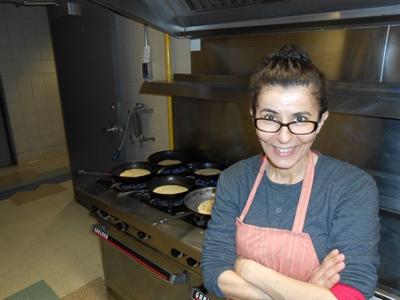 Aïcha Bitam-Svedahl, supervise la cuisson des kesras. C'est elle qui cuisinera le couscous pour le repas du 5 à 7, qui se tiendra au Carrefour Horizons de Regina, le jeudi 20 mars, à l'occasion de la Journée internationale de la Francophonie et de l'