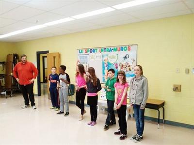 Les élèves de la troupe présent leurs trophées aux autres élèves de l'école Beau Soleil.