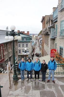 Les élèves de la 11e et 12e année de l'École Publique de Debden au Petit Champlain dans la ville de Québec.